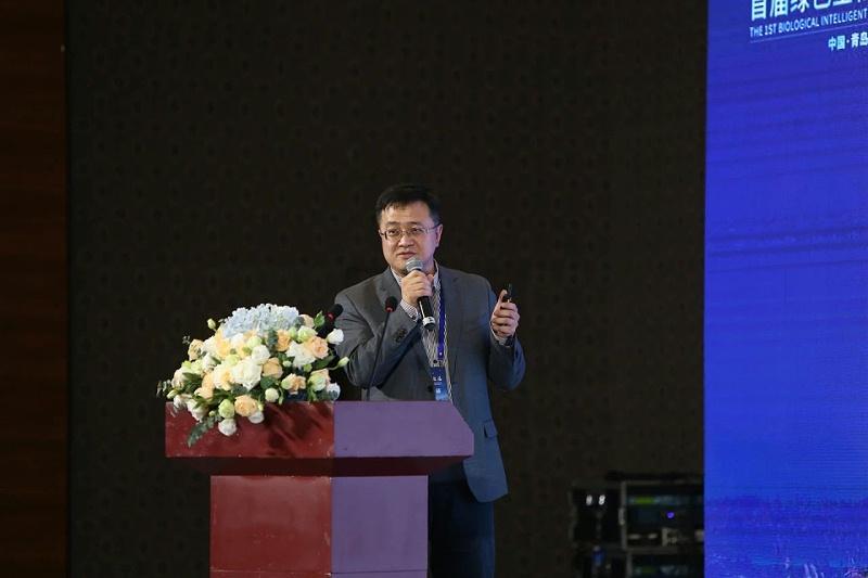 """中国科学院青岛生物能源与过程研究所吕雪峰副所长作《蓝细菌不""""蓝"""",土曲霉不""""土"""",合成生物技术与微生物制造工程》的主题报告。"""